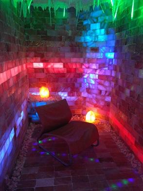 Соляная комната из рассыпной соли, места для пациентов.